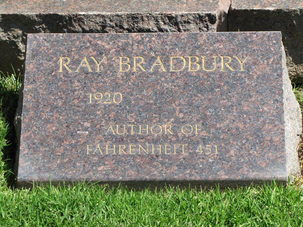 Рэй Брэдбери  Надгробие на Кладбище Мемориального парка Вествуд-Виллидж