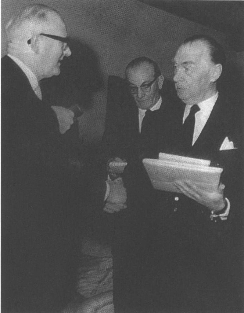 Бургомистр Оснабрюка вручает Ремарку медаль Мезера. 1964 г.