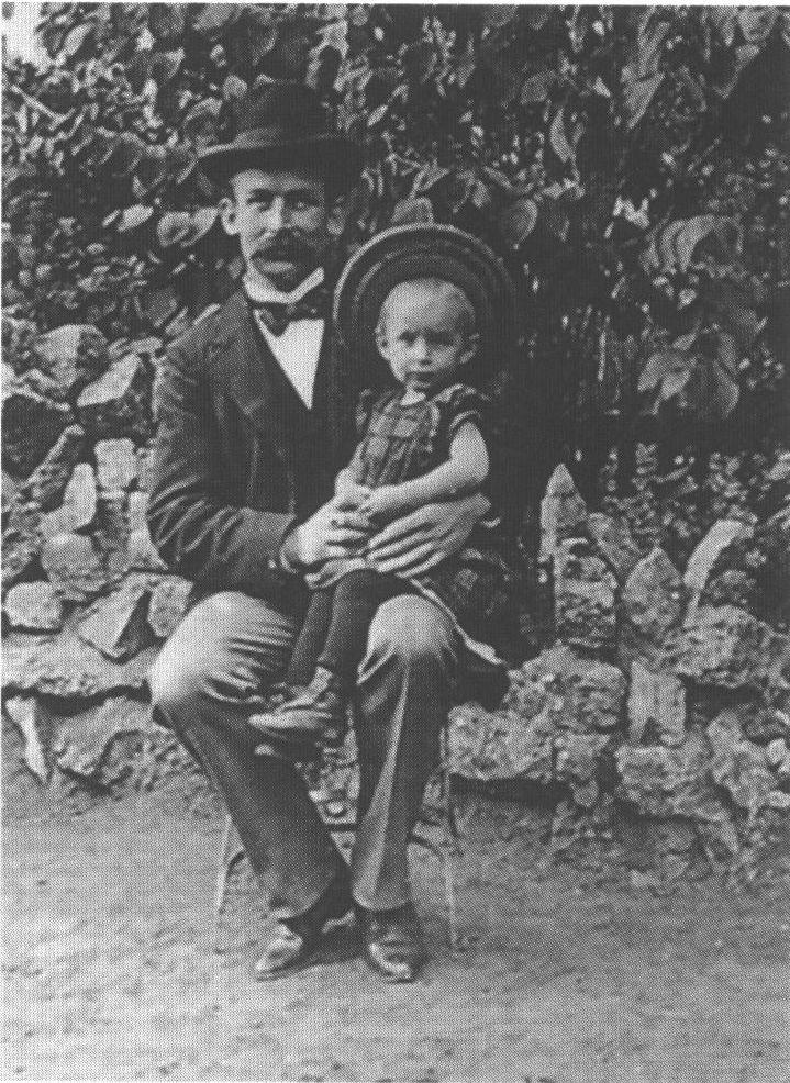 Эрих Мария Ремарк в детстве у отца на коленя