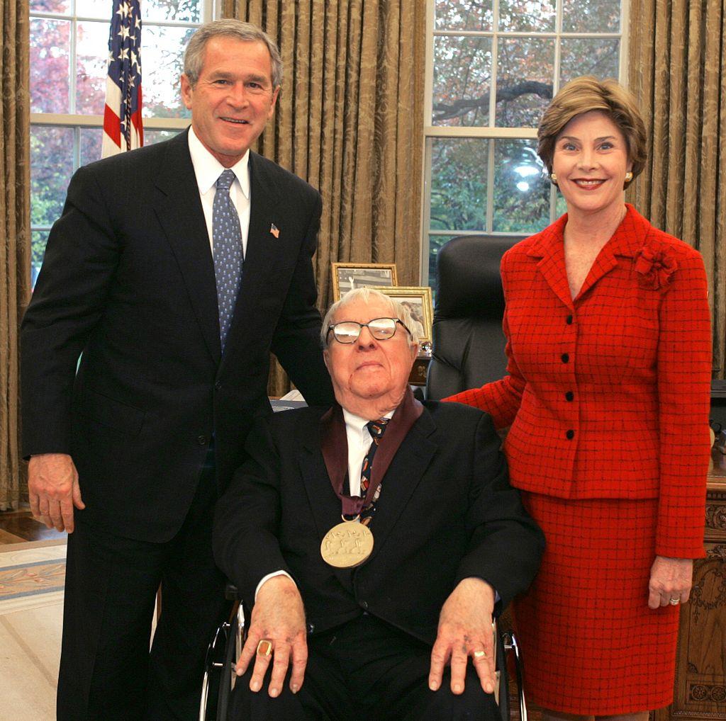Рэй Брэдбери удостоен Национальной медали США в области искусств. Рядом с писателем Джордж Буш и Лора Буш. 2004 год