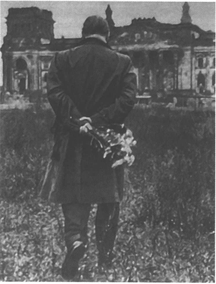 На развалинах рейхстага в Берлине. 1956 г.Источник: http://www.em-remarque.ru/library/remark-kak-budto-vse-v-posledniy-raz27.html