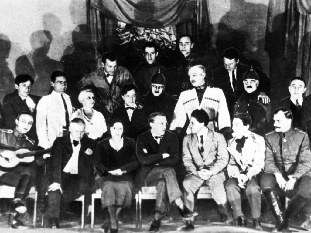 Михаил Булгаков (сидит в центре) с труппой Московского художественного академического театра