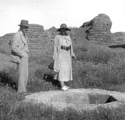 Писательница Агата Кристи со своим мужем Максом Мэллоуэном в Тель-Халафе