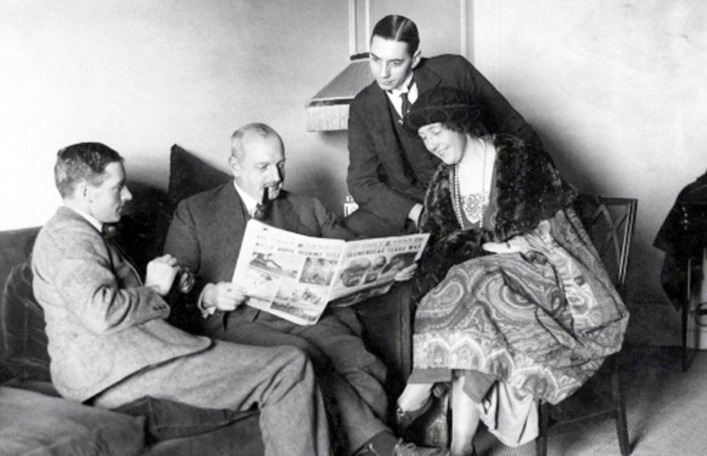 Экскурсия по Британской империи. Слева направо - Арчи Кристи, майор Белчер, мистер Бейтс (секретарь) и Агата Кристи.