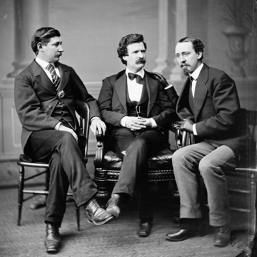 Групповой фотопортрет автора и юмориста Марка Твена (в центре), известного американского корреспондента Гражданской войны и писателя Джорджа Альфреда Таунсенда (слева) и Дэвида Грея, редактора «Курьера Буффало» (справа)
