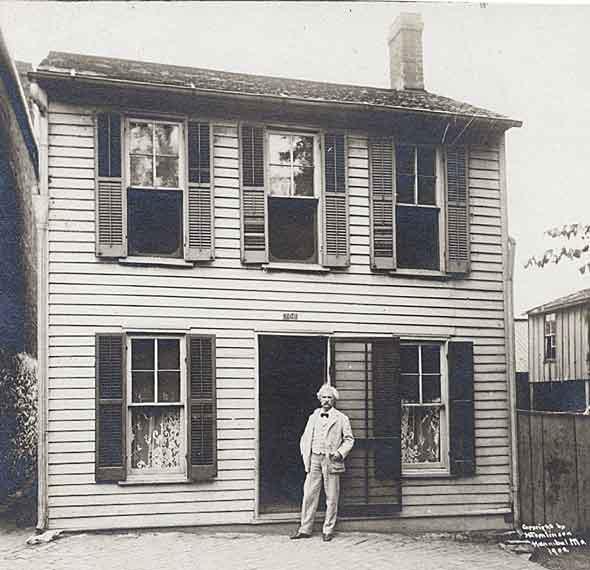 Сэмюэль Клеменс стоит перед своим детским домом в Ганнибале, штат Миссури, 1902 год.