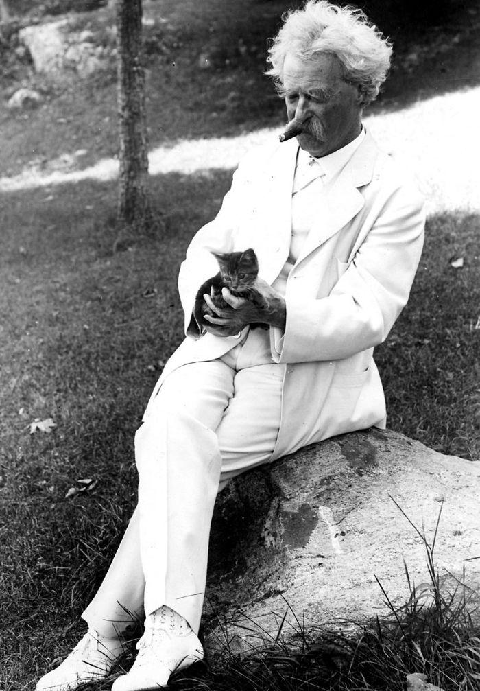Марк Твен с котенком Фото fb.ru